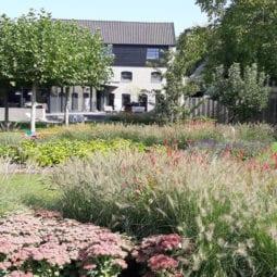 Moderne privétuin bij verbouwde leerlooierij